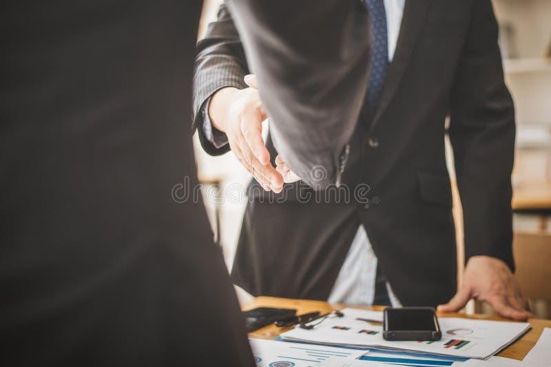 Agitando as mãos concorde em seguida ao sócio contratando para o produto da importação fotos de stock royalty free