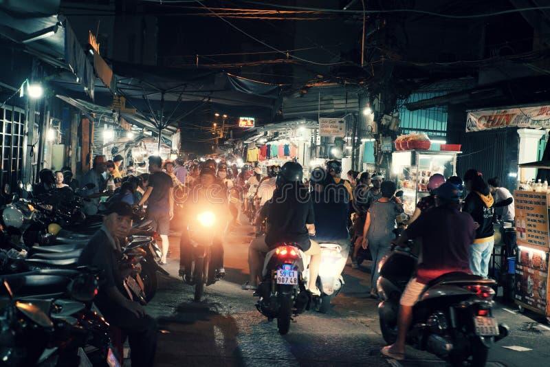 Agitarsi atmosfera sulla via dell'alimento quando la gente esce in motocicletta nel tempo di cena fotografie stock
