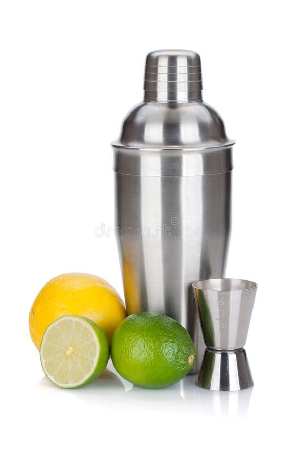 Agitatore di cocktail con la tazza e gli agrumi di misurazione fotografie stock