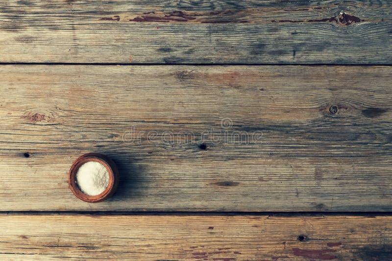 Agitatore di legno vuoto di sale e della tavola Vista da sopra fotografia stock libera da diritti
