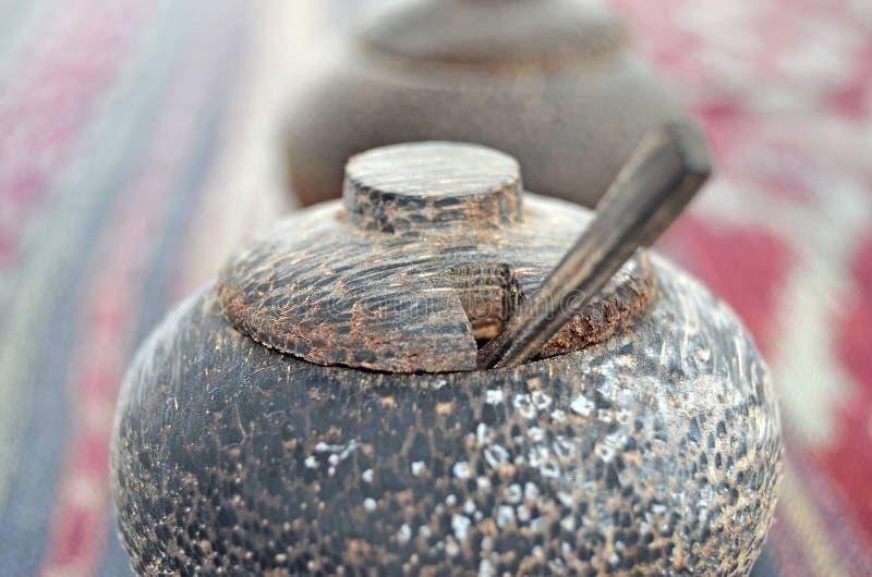 Agitatore di sale di legno Agitatore di legno del pepe fotografia stock libera da diritti