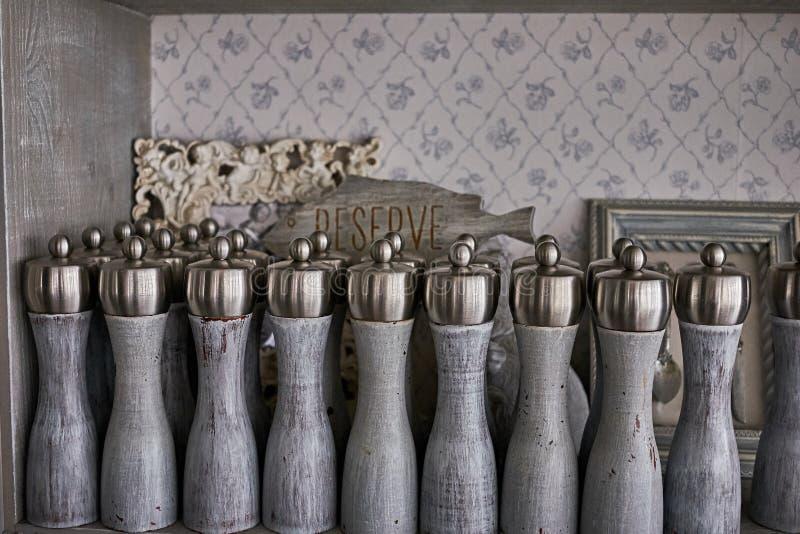 Agitatori di pepe e di sale d'annata con la tavola riservata in un gabinetto d'annata in un vecchio ristorante immagini stock libere da diritti