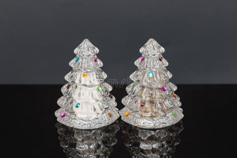 Agitatori di sale di cristallo decorati e di pepe dell'albero di festa fotografia stock