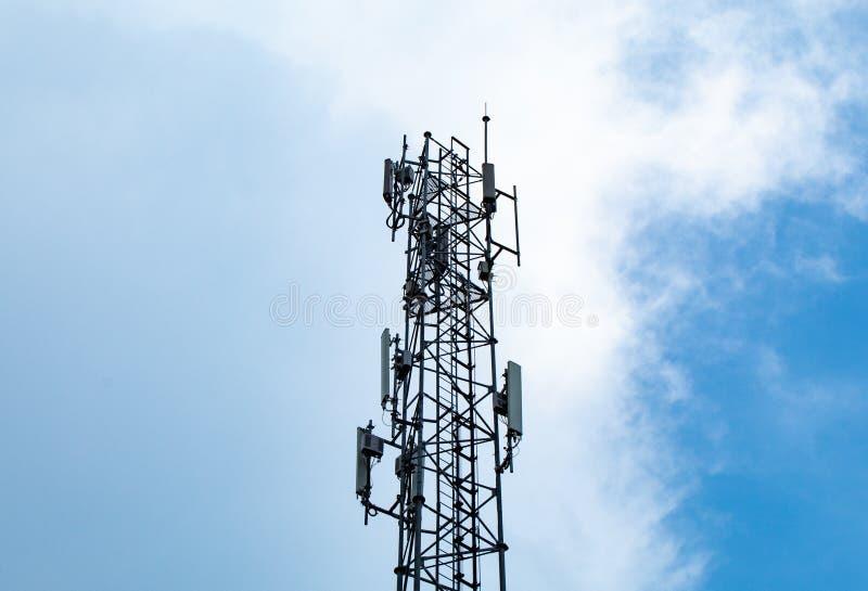 Agite el palo de la transmisión, señal grande del teléfono con un cielo azul brillante fotografía de archivo libre de regalías
