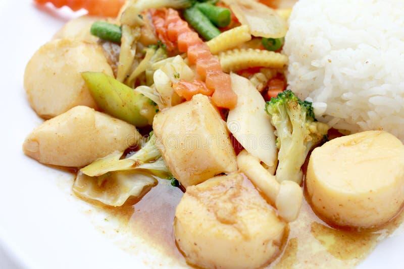Agite Fried Tofu no estilo chinês, Fried Tofu profundo com molho do molho, tofu fritado agitação com os legumes misturados na pla fotos de stock royalty free