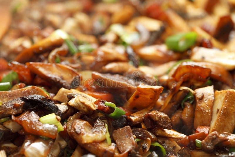 Agite a fritura de vegs - cebola da mola, mashrooms, cenoura imagem de stock