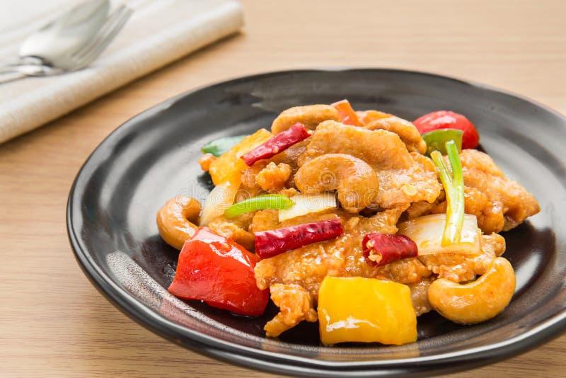 Agite a galinha ateada fogo com porcas de caju, estilo tailandês do alimento fotografia de stock