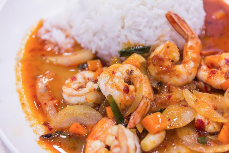 Agite o camarão fritado na pasta vermelha tailandesa do caril com arroz e fritada imagem de stock royalty free