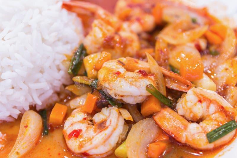 Agite o camarão fritado na pasta vermelha tailandesa do caril com arroz e fritada fotografia de stock royalty free