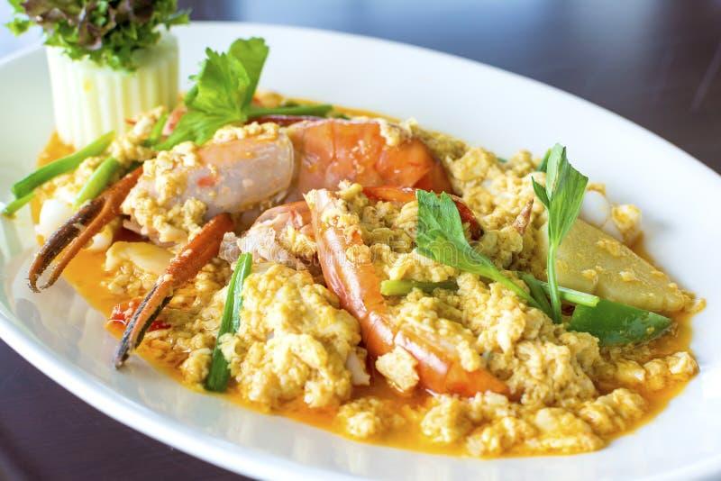 Agite o camarão ou o camarão fritado no alimento tailandês delicioso favorito do pó de caril fotos de stock