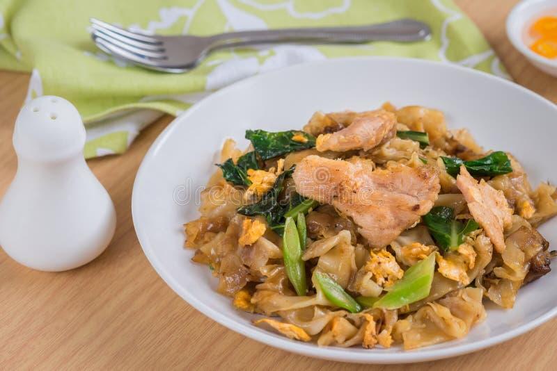 Agite o macarronete de arroz fritado com carne de porco na placa fotos de stock royalty free