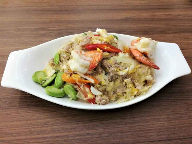 Agite o macarronete e o camarão de vidro fritados com feijão fedido Sataw fotografia de stock