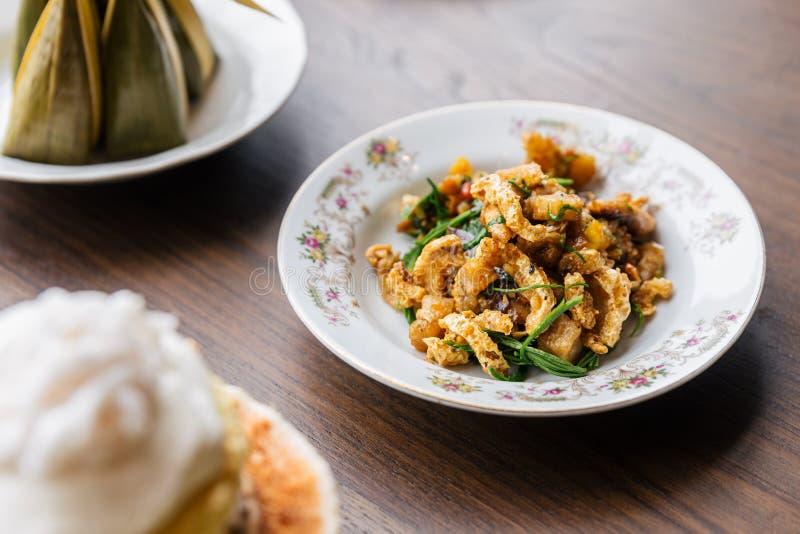 Agite Pele de Porco Spicy Crispy Fried com Acaci Clássica cozinha tailandesa fotografia de stock royalty free