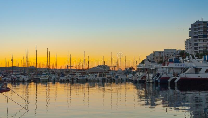 Żaglówek sylwetki, wspaniały złoty ciepły zmierzch w Ibiza marina zdjęcia stock