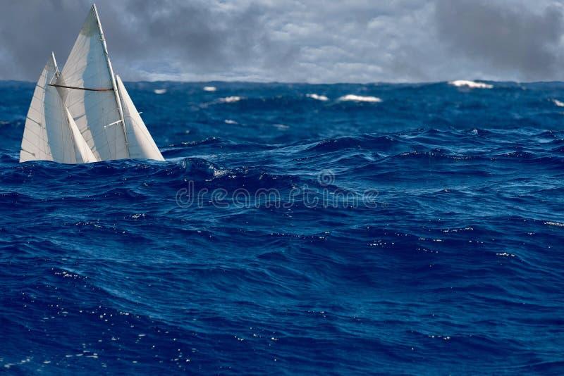 Żagla statek w dużych fala fotografia royalty free