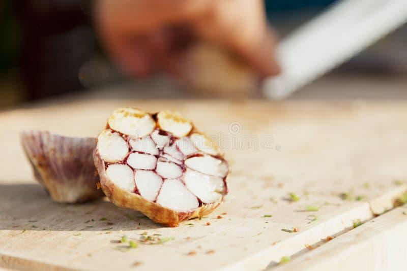 Aglio al forno su un choppingboard fotografie stock libere da diritti