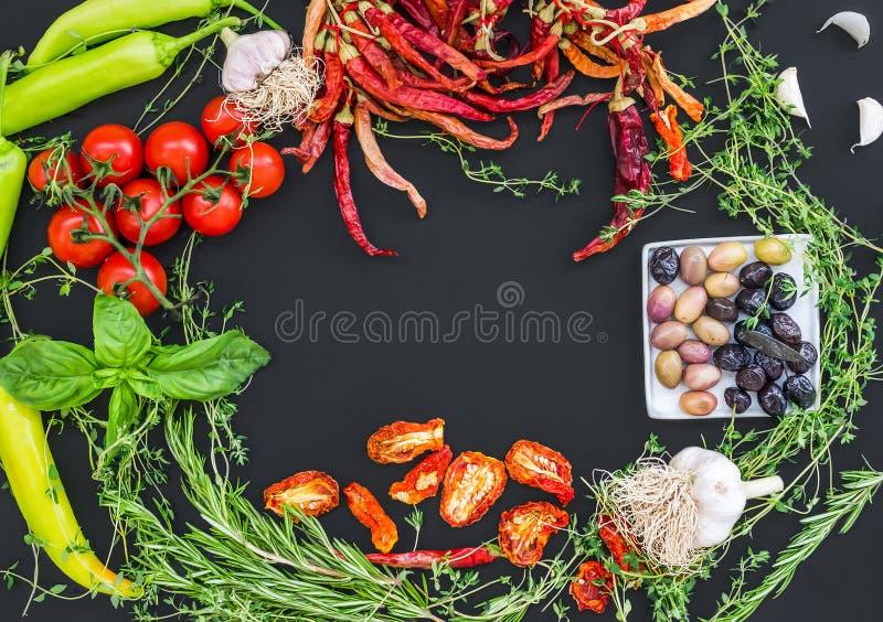 Aglio consistente rassodato della verdura Mediterranea, chrry-pomodori fotografia stock libera da diritti