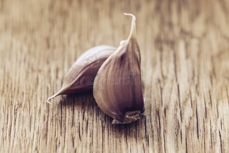 aglio Lampadina dell'aglio su fondo di legno , stile di vita sano di concetto fotografia stock