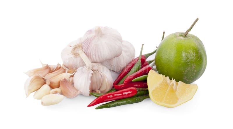 Aglio, peperoncino rosso rosso fresco, calce per salsa piccante tailandese isolata su w immagine stock