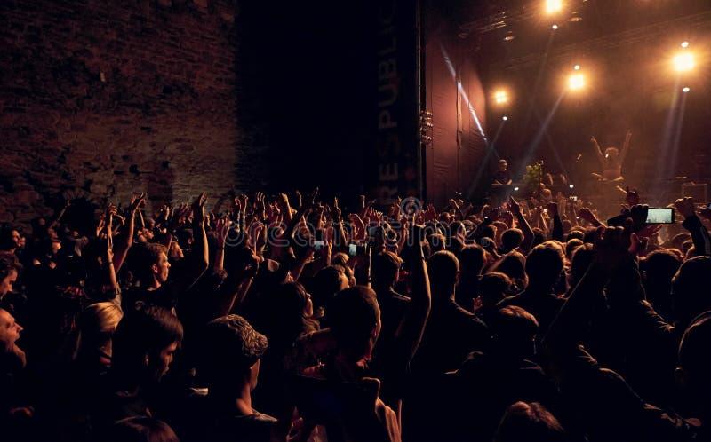 Aglomere as mãos de jogo no ar no festival da rocha de Respublica fotografia de stock royalty free