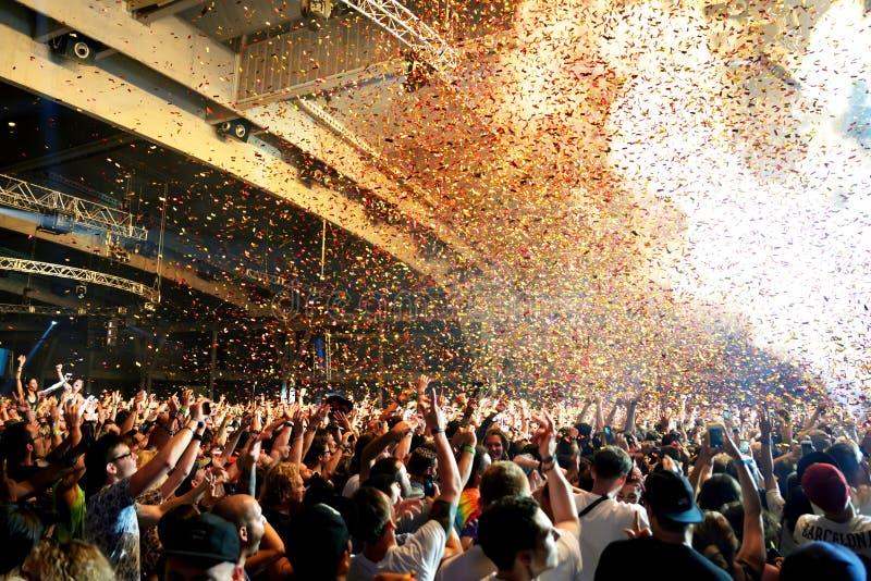 Aglomere a dança em um concerto no festival da sonar imagens de stock royalty free