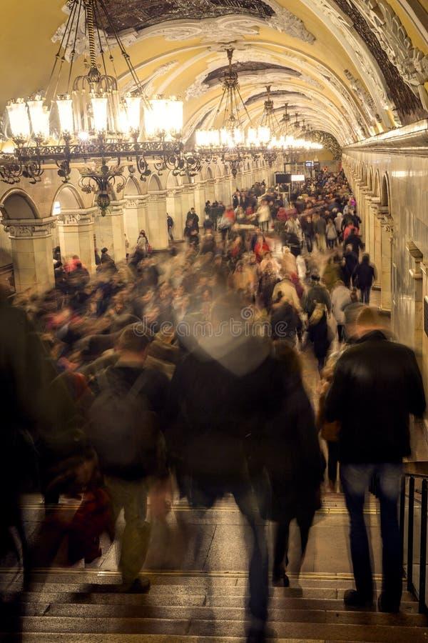 Aglomere-se durante horas de ponta na estação de metro de Moscou, Rússia fotos de stock royalty free