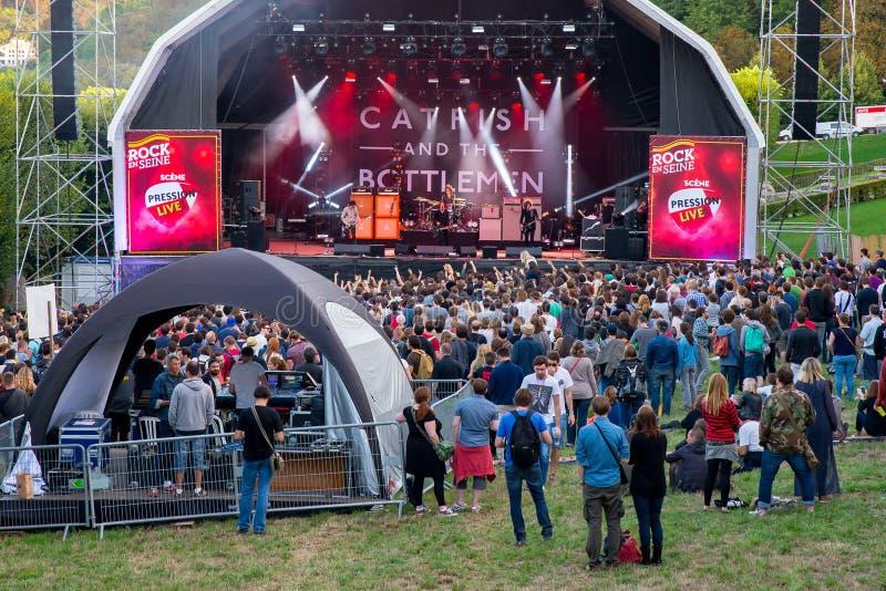 Aglomere-se em um concerto no festival do En Seine da rocha fotografia de stock royalty free