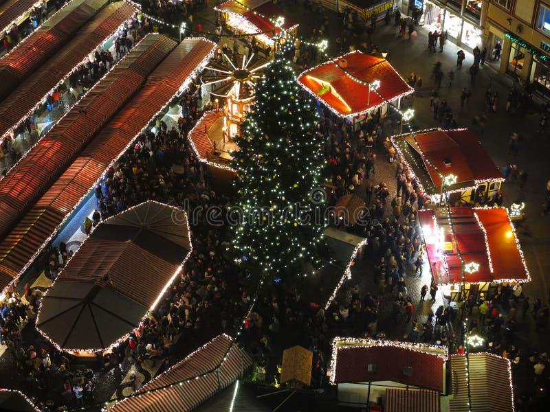 Aglomere-se na opinião regional do mercado do Natal na noite foto de stock royalty free
