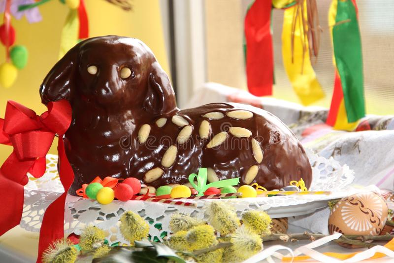 Agneau 25 de Pâques de chocolat avec la décoration d'oeufs de pâques image stock
