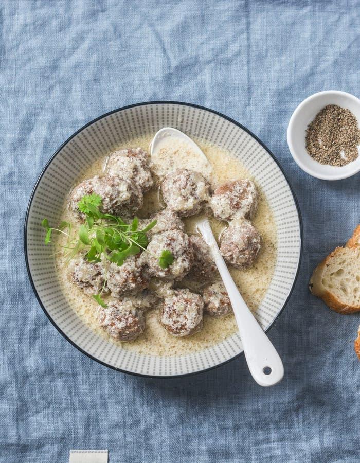 Agnelez les boulettes de viande à une sauce à yaourt - casse-croûte sain délicieux dans un style méditerranéen sur un fond bleu photo stock