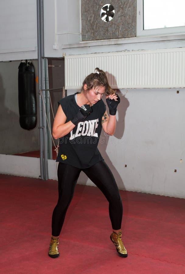 Agnieszka Niestoj - utalentowany Polski bokser durning bokserskiego szkolenie z trenerem w gym Krakowski, obrazy stock