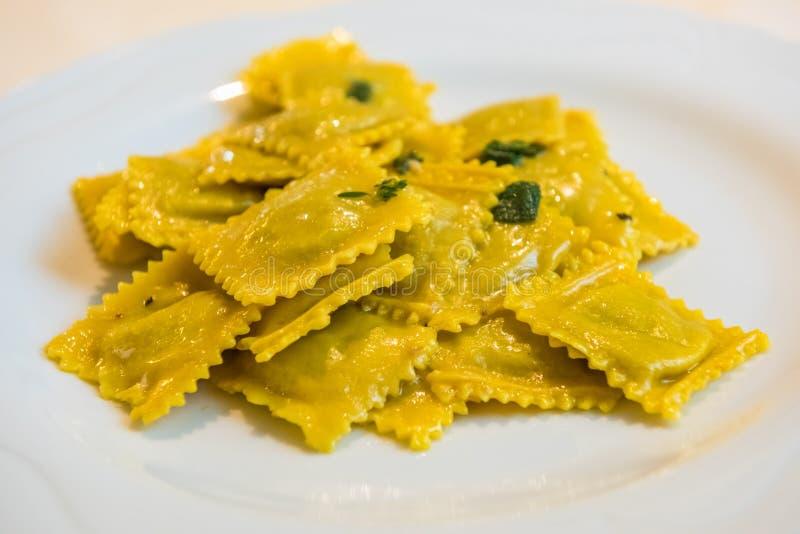 Agnolotti fatto a mano, tipo di ravioli, pasta italiana tipica dell'uovo immagini stock