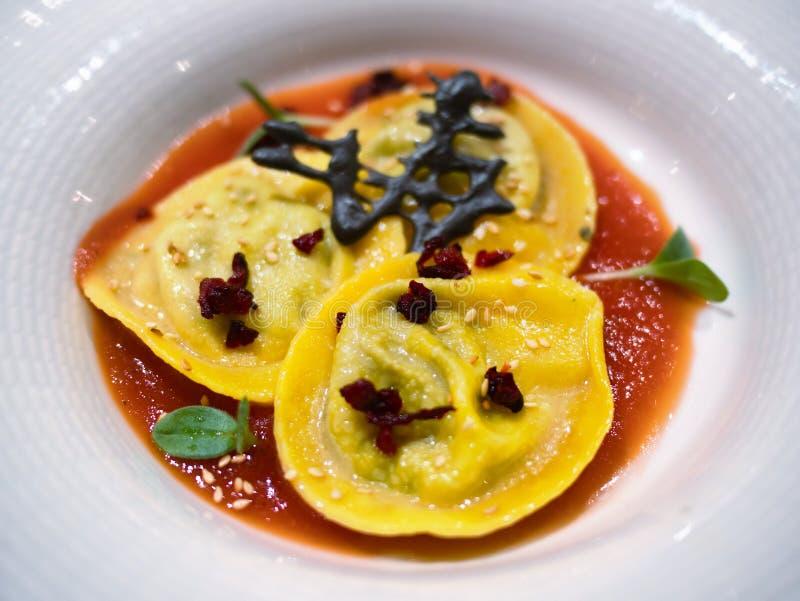 Agnolotti o primo piano del piatto della pasta farcito ravioli fotografia stock