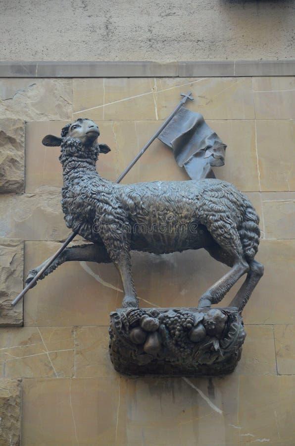 Agnus Dei lammet av gudstatyn, Loggia del Mercato i Florence, Italien fotografering för bildbyråer