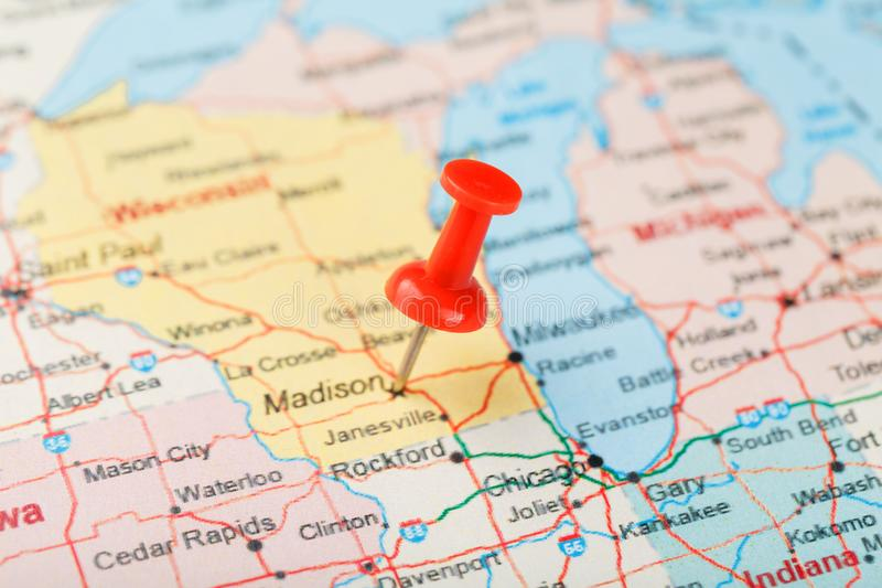 Ago d'ufficio rosso su una mappa di U.S.A., del Michigan e della capitale Lansing Mappa alta vicina del Michigan con la puntina r immagini stock