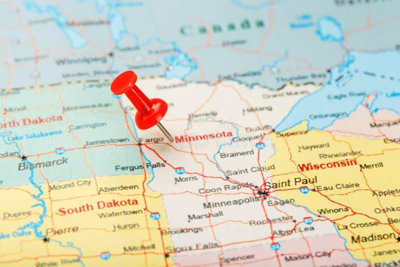 Ago d'ufficio rosso su una mappa di U.S.A., del Minnesota e del capitale Saint Paul Mappa alta vicina del Minnesota con la puntin immagine stock