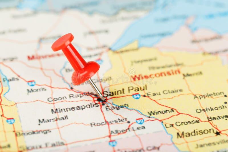 Ago d'ufficio rosso su una mappa di U.S.A., del Minnesota e del capitale Saint Paul Mappa alta vicina del Minnesota con la puntin fotografia stock
