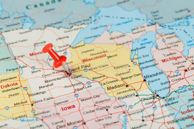 Ago d'ufficio rosso su una mappa di U.S.A., del Minnesota e del capitale Saint Paul Mappa alta vicina del Minnesota con la puntin immagine stock libera da diritti