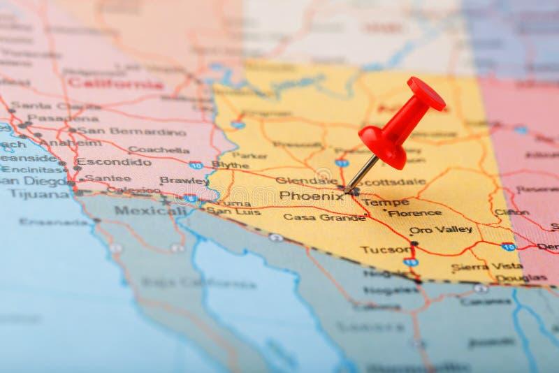 Ago d'ufficio rosso su una mappa di U.S.A., dell'Arizona e della capitale Phoenix Mappa alta vicina del orizona con la puntina ro immagine stock libera da diritti