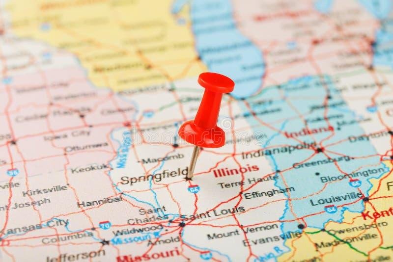 Ago d'ufficio rosso su una mappa di U.S.A., di Illinois e della capitale Springfield Mappa alta vicina di Illinois con la puntina fotografie stock libere da diritti