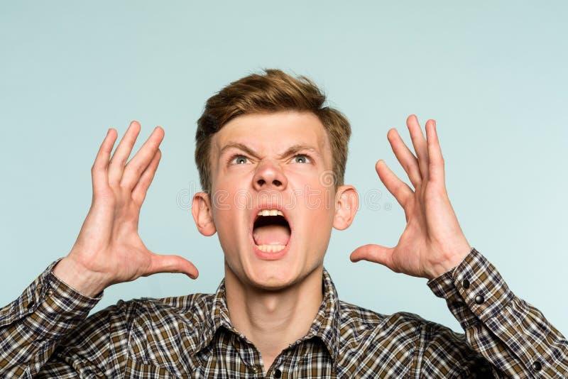 Agonia irritada da raiva do homem da aflição da divisão emocional imagens de stock