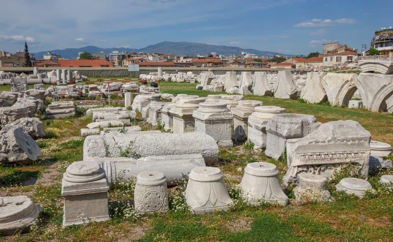 Download Agor ruiny z kwiatami zdjęcie stock. Obraz złożonej z trawy - 53782324