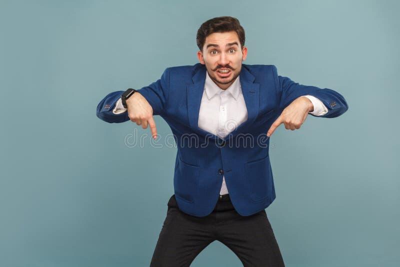 Agora, olhando para baixo! Homem que aponta no espaço da cópia fotos de stock royalty free