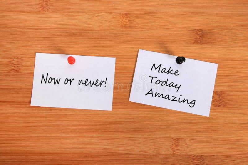 Agora ou nunca! Faça hoje a surpresa Note o pino no quadro de mensagens fotos de stock royalty free