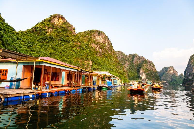 Agosto 2016 - baia di Halong, pescatori del †del Vietnam «che fanno galleggiare villaggio nella baia di Halong fotografie stock