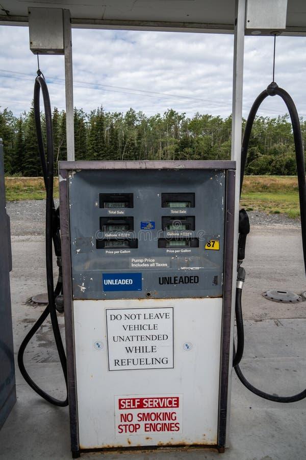 12 AGOSTO 2018 - CHITNIA ALASKA: Le retro pompe di gas di stile ad una stazione di servizio dell'Alaska non hanno paga alla pompa immagini stock