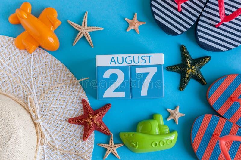27 agosto Immagine del calendario del 27 agosto con gli accessori della spiaggia di estate e l'attrezzatura del viaggiatore su fo fotografia stock libera da diritti