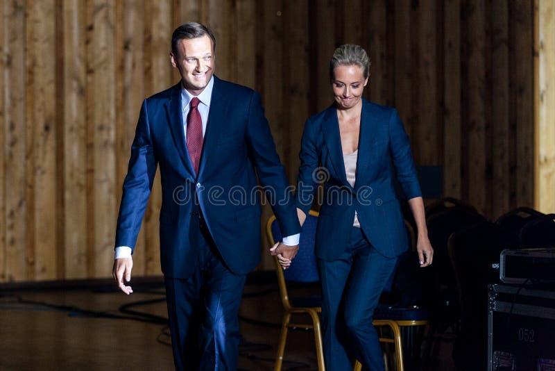 29 agosto 2017, la RUSSIA, MOSCA: Capo dell'opposizione russa Alexei Navalny con la sua moglie durante il congresso delle sedi fotografie stock