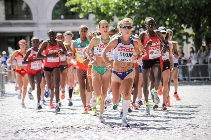 6 agosto ` 17 - maratona di campionati di atletica del mondo di Londra: Alyson Dixon GBR conduce presto la corsa fotografia stock