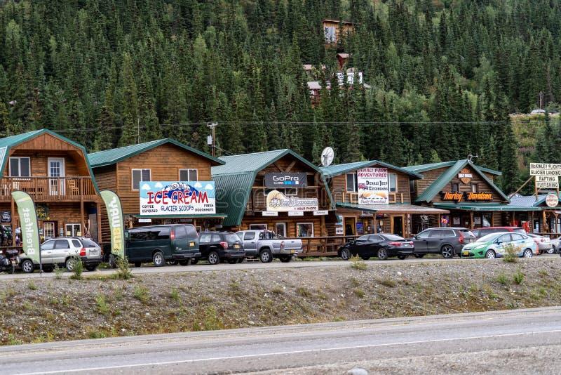 12 AGOSTO 2018 - PARCO NAZIONALE DI DENALI, ALASKA: Fila dei negozi di regalo e dei ristoranti conosciuti come scintillio Gulch immagini stock